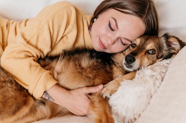 Vrouw die schattige hond aaien