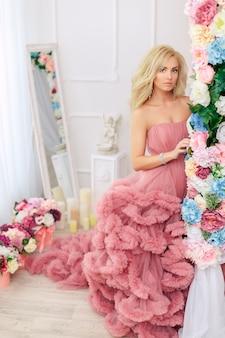 Vrouw die schitterende kleding draagt