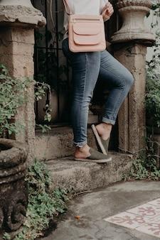 Vrouw die schoenen en sandalen draagt, openlucht modelleren