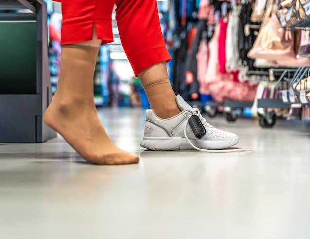 Vrouw die schoenen in een opslag probeert