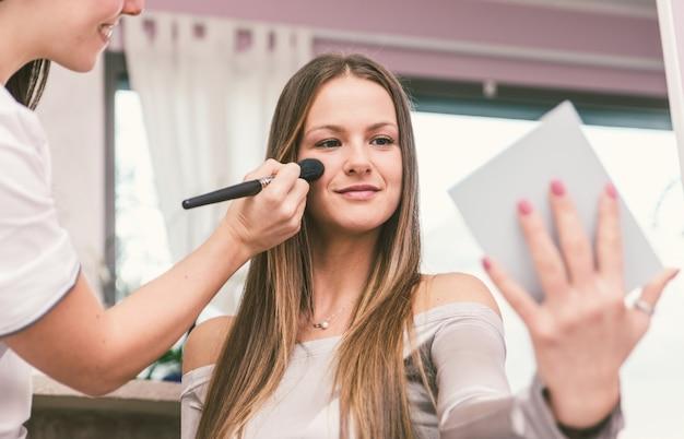 Vrouw die schoonheidsbehandeling in een zaal maakt