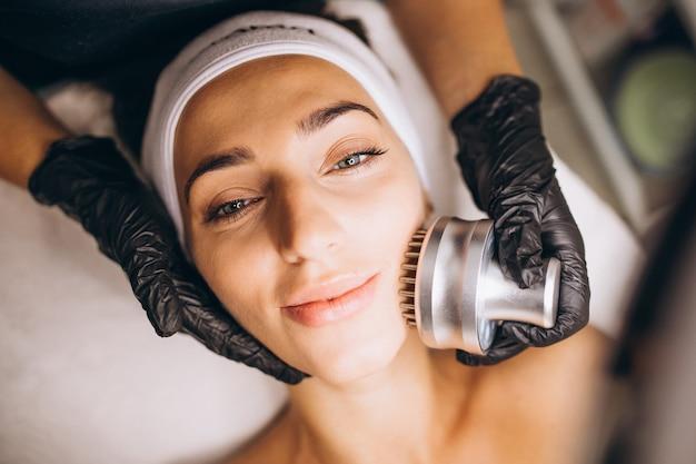 Vrouw die schoonheidsprocedures maken bij een schoonheidssalon