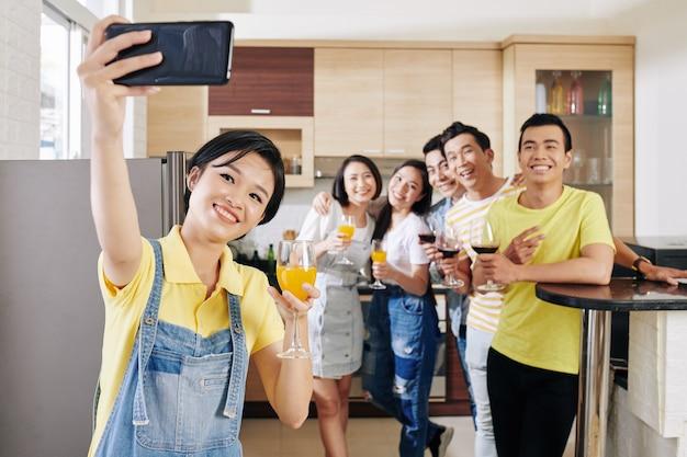 Vrouw die selfie met vrienden