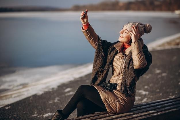 Vrouw die selfie op een de winterdag doet