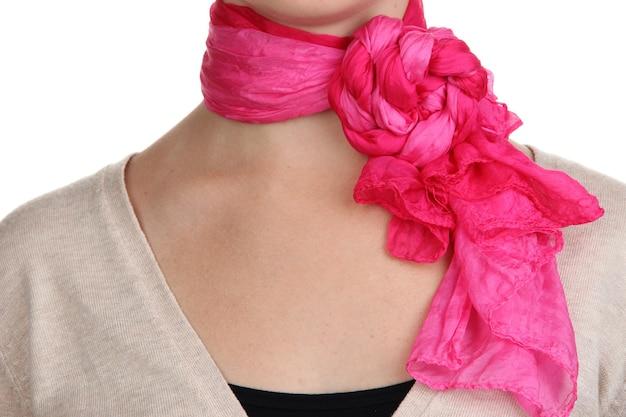 Vrouw die sjaal dicht omhoog draagt