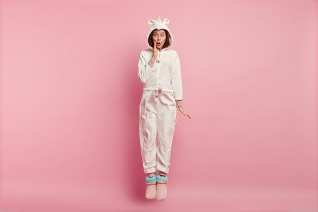 Vrouw die slaapmasker en pyjama's draagt