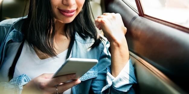 Vrouw die slim telefoon het doorbladeren concept verbinden