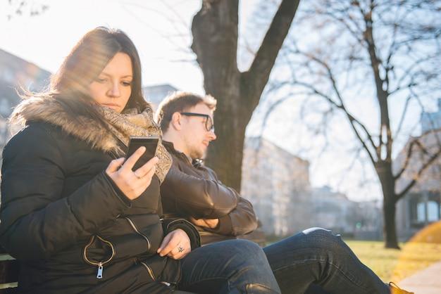 Vrouw die slimme telefoon met behulp van