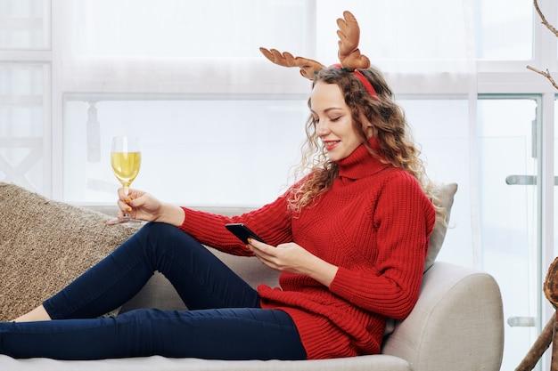 Vrouw die smartphone controleert