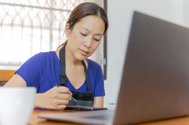 Vrouw die smartphone en laptop gebruikt