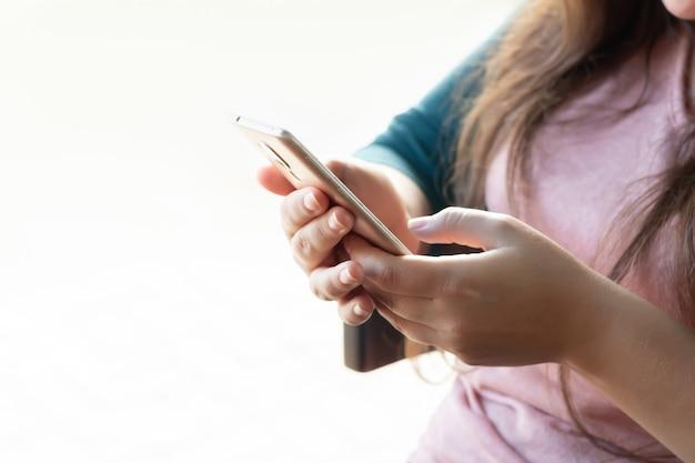 Vrouw die smartphone gebruikt voor online communicatie, winkelen of werkconcept