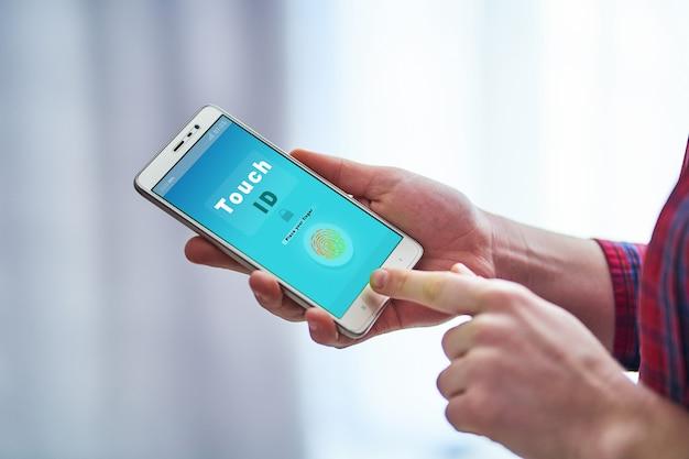 Vrouw die smartphone ontgrendelen die het systeem van de vingerafdrukherkenning gebruiken.