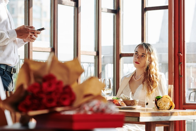 Vrouw die smsende vriend bekijkt