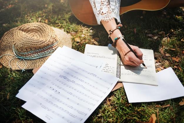Vrouw die sommige liederen neerschrijft
