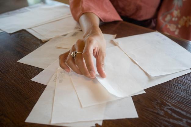 Vrouw die speciaal papier gebruikt voor origami
