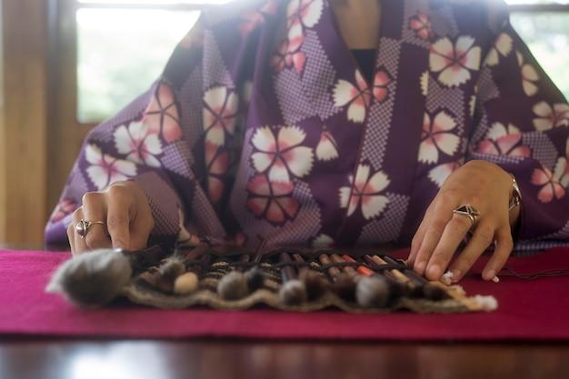 Vrouw die speciale benodigdheden gebruikt voor japanse kunst