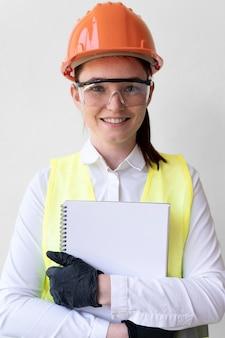 Vrouw die speciale industriële beschermingsmiddelen draagt