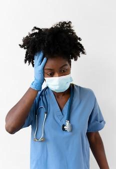Vrouw die speciale medische beschermingsmiddelen draagt