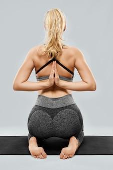 Vrouw die speciale oefeningen yoga doet om het welzijn te verbeteren