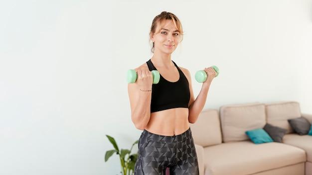 Vrouw die sport thuis doet