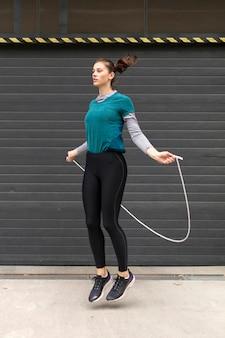 Vrouw die sportoefeningen doet