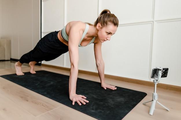 Vrouw die sporttraining thuis doet