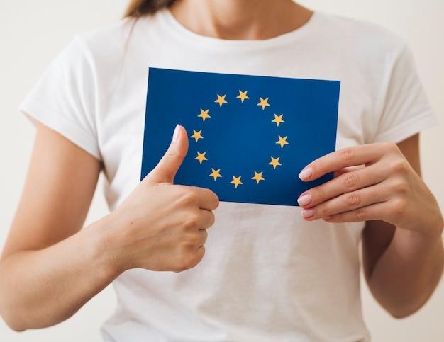 Vrouw die stemming voor europese verkiezingen goedkeurt