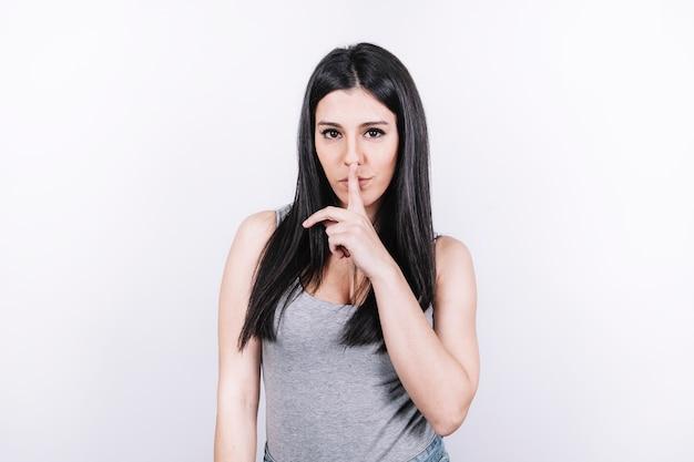 Vrouw die stiltegebaar toont