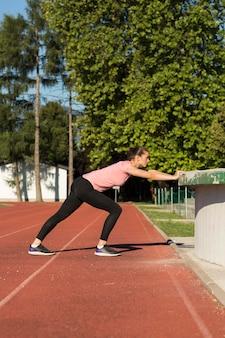 Vrouw die streching oefeningen doet