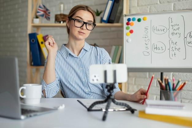 Vrouw die studenten een engelse les online onderwijst