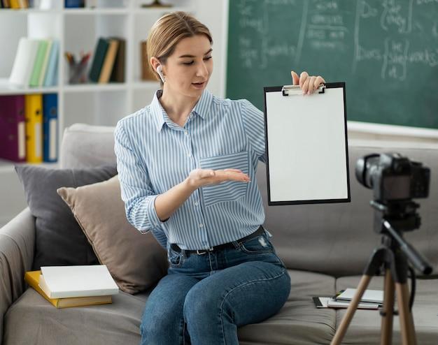 Vrouw die studenten in engelse klas online onderwijst