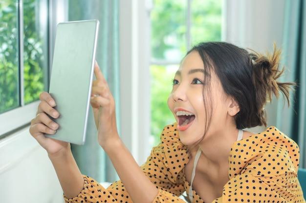 Vrouw die tablet gebruikt voor reclamewinkel op internet voor sociale mediatechnologie