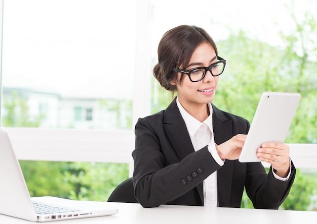 Vrouw die tablet gebruikt