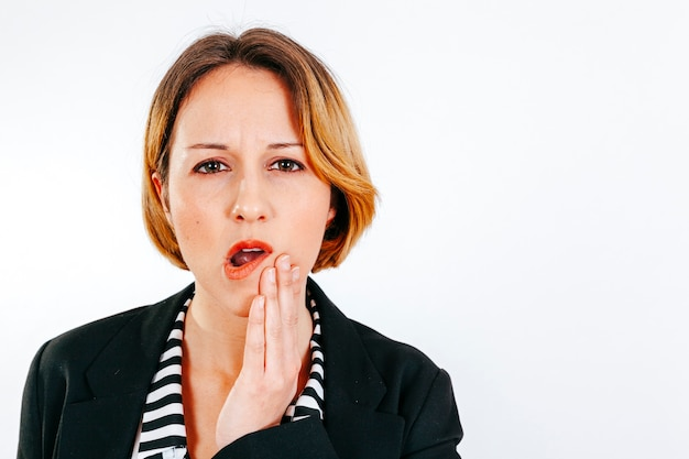 Vrouw die tandpijn heeft die camera bekijkt