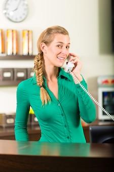 Vrouw die telefoneert bij gymnastiekontvangst