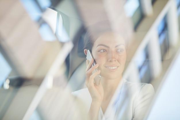 Vrouw die telefonisch op taxirit spreekt