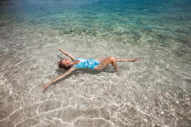 Vrouw die terug in overzees zwemt