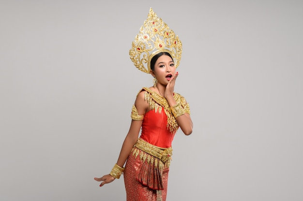 Vrouw die thaise kleding draagt die een handsymbool maakte