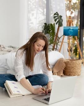 Vrouw die thuis aan een nieuwe blog werkt
