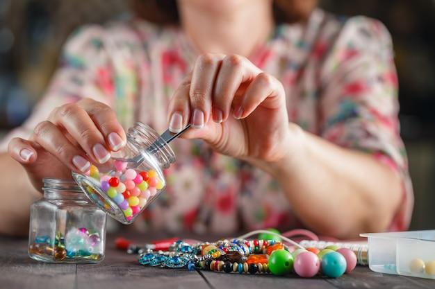 Vrouw die thuis ambachtelijke kunst maakt