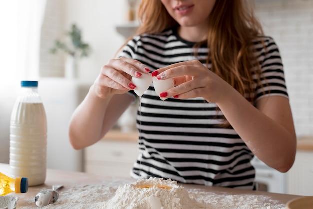 Vrouw die thuis een speciale maaltijd bereidt