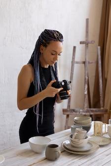 Vrouw die thuis foto's maakt van keramisch keukengerei