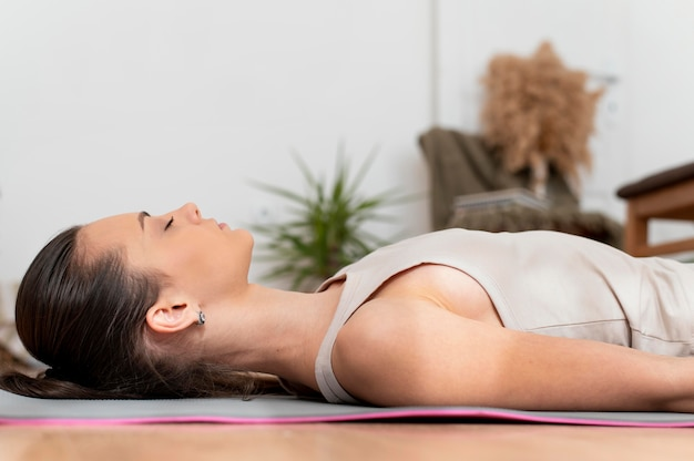 Vrouw die thuis mediteert