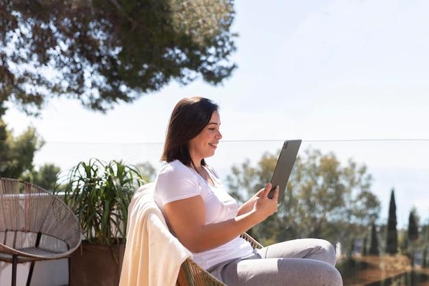 Vrouw die thuis tablet gebruikt