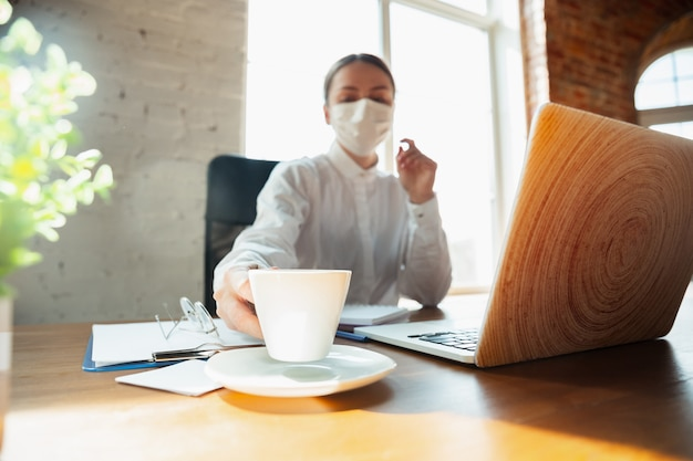Vrouw die thuis werkt tijdens coronavirus of covid-19 quarantaine