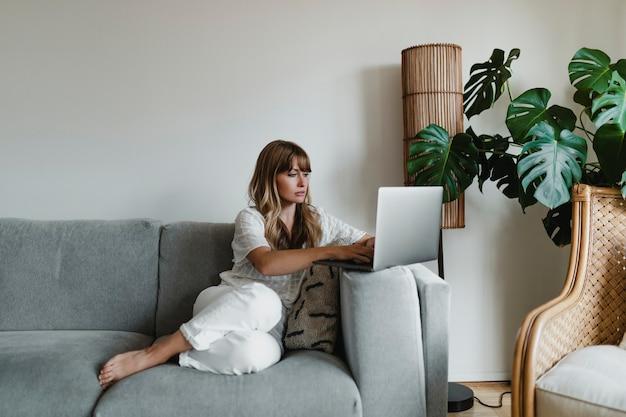 Vrouw die thuis werkt tijdens een pandemie van het coronavirus