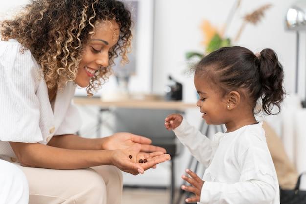 Vrouw die tijd doorbrengt met haar babymeisje Gratis Foto