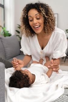 Vrouw die tijd doorbrengt met haar babymeisje