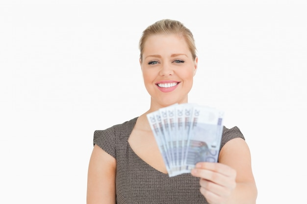 Vrouw die tonende eurobankbiljetten glimlacht