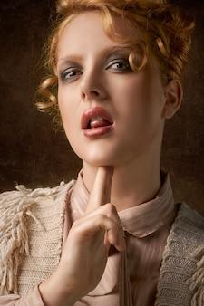Vrouw die tong toont